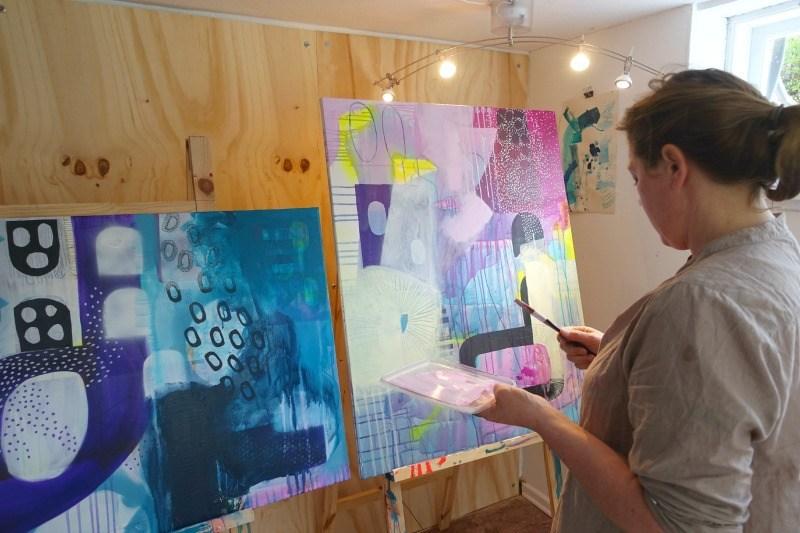 Kursist til undervisning i maleri hos kunstner Mette Lindberg