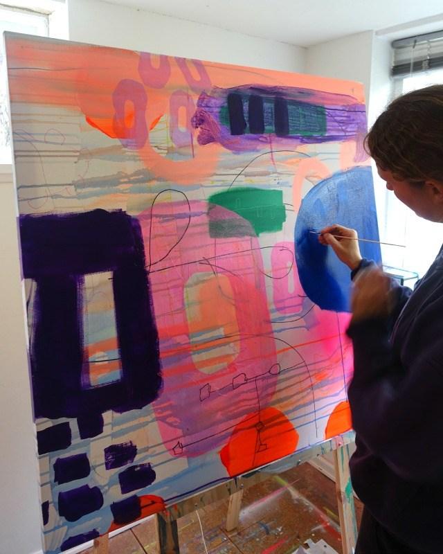 Elev til maleundervisning i atelieret hos kunstner Mette Lindberg