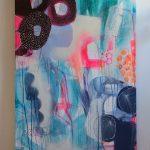 et højt maleri med farver i neon