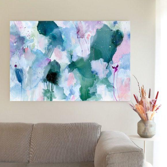 abstrakt maleri over sofa groen rosa